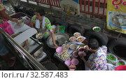 Купить «Кухня на лодке. Плавучий рынок Taling Chan в Бангкоке, Таиланд», видеоролик № 32587483, снято 29 декабря 2018 г. (c) Виктор Карасев / Фотобанк Лори
