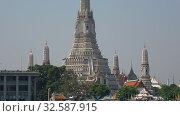 Купить «Главный пранг буддистского храма Ват Арун солнечным днем. Бангкок, Таиланд», видеоролик № 32587915, снято 27 декабря 2018 г. (c) Виктор Карасев / Фотобанк Лори