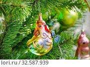 Купить «Курица. Ёлочная игрушка на ветвях искусственной ели», эксклюзивное фото № 32587939, снято 22 декабря 2018 г. (c) Dmitry29 / Фотобанк Лори