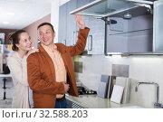 Купить «Couple looking at modern kitchen», фото № 32588203, снято 4 апреля 2017 г. (c) Яков Филимонов / Фотобанк Лори