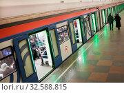 Купить «Люди и поезд на станции Московского метро», фото № 32588815, снято 7 декабря 2019 г. (c) Victoria Demidova / Фотобанк Лори