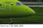 Купить «S7 Embraer ERJ-170 taxiing», видеоролик № 32589259, снято 4 мая 2019 г. (c) Игорь Жоров / Фотобанк Лори