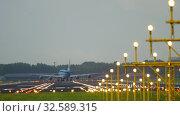 Купить «KLM Boeing 747 landing», видеоролик № 32589315, снято 28 июля 2017 г. (c) Игорь Жоров / Фотобанк Лори