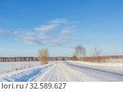 Купить «Blue sky and winter road on a sunny day in the Nizhny Novgorod region», фото № 32589627, снято 20 января 2019 г. (c) Дмитрий Тищенко / Фотобанк Лори