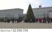 Новогодняя ель на центральной городской площади. Ленкорань, Азербайджан (2017 год). Редакционное видео, видеограф Виктор Карасев / Фотобанк Лори