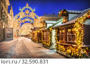 Купить «Домики на Никольской улице в Москве», фото № 32590831, снято 7 января 2016 г. (c) Baturina Yuliya / Фотобанк Лори