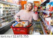 Mature woman shopping in supermarket. Стоковое фото, фотограф Яков Филимонов / Фотобанк Лори