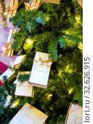Купить «Игрушки и гирлянды на новогодней елке», фото № 32626915, снято 27 декабря 2018 г. (c) Евгений Ткачёв / Фотобанк Лори