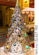 Необычная металлическая новогодняя елка. Стоковое фото, фотограф Евгений Ткачёв / Фотобанк Лори