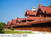 Купить «Фрагмент деревянного дворцового комплека в старом городе. Мандалай, Бирма», фото № 32627483, снято 22 декабря 2016 г. (c) Виктор Карасев / Фотобанк Лори