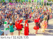 Купить «Russia Samara August 2019: Flower Festival. Spectators stand around the summer scene, where they hold a competition of costumes made of flowers.», фото № 32628135, снято 24 августа 2019 г. (c) Акиньшин Владимир / Фотобанк Лори