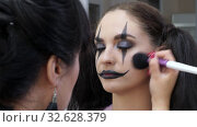 Easy Halloween Makeup. Face makeup. Texture with the brush with powder. Стоковое видео, видеограф Константин Мерцалов / Фотобанк Лори