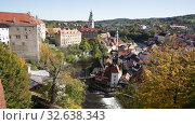 Scenic view of historical centre of Czech town of Cesky Krumlov overlooking gothic bell tower of Cathedral of Saint Vitus on sunny autumn day (2019 год). Стоковое видео, видеограф Яков Филимонов / Фотобанк Лори