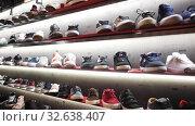 Купить «A lot of casual men shoes on shelves in shoe store», видеоролик № 32638407, снято 21 января 2020 г. (c) Яков Филимонов / Фотобанк Лори