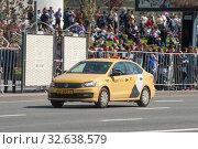 Купить «Желтый автомобиль Яндекс такси Volkswagen Polo едет по Новому Арбату, Москва, вид спереди», фото № 32638579, снято 9 мая 2018 г. (c) Малышев Андрей / Фотобанк Лори