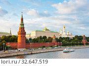Туристический кораблик рядом с Московским Кремлем. Лето. Закат. Москва (2019 год). Редакционное фото, фотограф E. O. / Фотобанк Лори