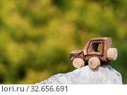 Купить «Holz SUV, Spielzeugauto in einer Extremlandschaft.», фото № 32656691, снято 5 апреля 2020 г. (c) easy Fotostock / Фотобанк Лори