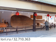 The largest Miyajima wooden rice scoop (O-shakushi) is located in the Omotesando shopping street. It is 7.7 meters long, 2.7 meters thick and 2.5 tonnes (2013 год). Редакционное фото, фотограф Кекяляйнен Андрей / Фотобанк Лори