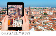 Travel concept - tourist photographs Verona town in Italy from tower Torre dei Lamberti in spring on tablet. Стоковое фото, фотограф Zoonar.com/Valery Voennyy / easy Fotostock / Фотобанк Лори