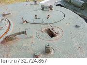 """Американский старый средний танк М4А2 """"Шерман"""" в Тульском парке """"Патриот"""", вид на люк танкиста заряжающего и смотровой прибор сверху. Редакционное фото, фотограф Малышев Андрей / Фотобанк Лори"""