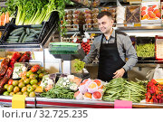 Купить «Male seller is weighing grapes», фото № 32725235, снято 18 марта 2017 г. (c) Яков Филимонов / Фотобанк Лори