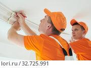 installing decorative ceiling molding. home repair and decoration. Стоковое фото, фотограф Дмитрий Калиновский / Фотобанк Лори