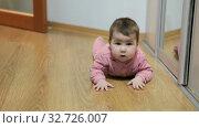 Купить «Шестимесячный ребенок переворачивается на полу в комнате», видеоролик № 32726007, снято 10 декабря 2019 г. (c) Кекяляйнен Андрей / Фотобанк Лори