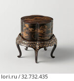 Купить «Box, lobed, with gilded landscapes on black ground, Lobed box with a slightly convex lid. In the box a sheet with five inner boxes (pie-shaped) that together...», фото № 32732435, снято 9 апреля 2020 г. (c) age Fotostock / Фотобанк Лори