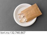Купить «wooden spoon, fork and knife on paper plate», фото № 32740867, снято 3 мая 2019 г. (c) Syda Productions / Фотобанк Лори