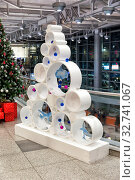 Unusual Christmas tree with toys. Стоковое фото, фотограф Евгений Ткачёв / Фотобанк Лори
