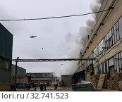 Купить «Пожарная бригада и пожарный вертолет производят тушение пожара», фото № 32741523, снято 13 декабря 2019 г. (c) Кузнецов Максим / Фотобанк Лори