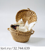 Купить «Closing basket made from unshaped willow peat, Closing basket, oval in shape, from fine, unshaped willow toes. The lid on hinges, on either side with a...», фото № 32744639, снято 4 апреля 2020 г. (c) age Fotostock / Фотобанк Лори