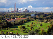 Industrial landscape in the Ruhr area, golf course, ThyssenKrupp Steel, North Rhine-Westphalia, Germany, Europe (2019 год). Редакционное фото, агентство Caro Photoagency / Фотобанк Лори