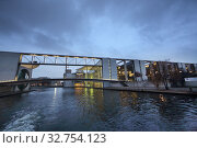 Berlin, Germany, view of the Paul-Loebe-Haus (left) and the Marie-Elisabeth-Lueders-Haus in the evening from the Spree (2017 год). Редакционное фото, агентство Caro Photoagency / Фотобанк Лори