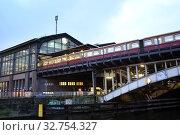 Berlin, Germany, view of the train station Friedrichstrasse (2017 год). Редакционное фото, агентство Caro Photoagency / Фотобанк Лори