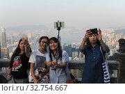 Купить «Hong Kong, China, tourists making selfies on Victoria Peak», фото № 32754667, снято 12 октября 2014 г. (c) Caro Photoagency / Фотобанк Лори