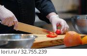 Купить «Kitchen - chef cutting cherry tomatoes on the desk», видеоролик № 32755239, снято 5 июля 2020 г. (c) Константин Шишкин / Фотобанк Лори