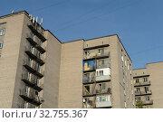 Многоэтажный жилой дом на улице Комсомольской в городе Череповце. Вологодская область (2019 год). Редакционное фото, фотограф Free Wind / Фотобанк Лори