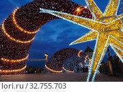 Купить «Москва. Новогоднее украшение Патриаршего моста возле храма Христа Спасителя», фото № 32755703, снято 21 декабря 2019 г. (c) Юлия Перова / Фотобанк Лори