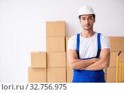 Купить «Young male professional mover doing home relocation», фото № 32756975, снято 7 августа 2019 г. (c) Elnur / Фотобанк Лори
