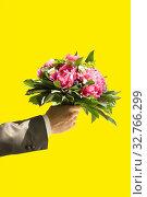 Blumenstrauss,hand,überraschung,einladung,geburtstag,feier,blumen,gast,hochzeit,geschmack,freigestellt,symbol, Стоковое фото, фотограф Zoonar.com/Elke Scherping / easy Fotostock / Фотобанк Лори