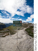 Signpost shows directions to Trolltunga natural attraction and Skjeggedal camping. The famous tourist destination in Hordaland county with trailway. Norway (2018 год). Редакционное фото, фотограф Кекяляйнен Андрей / Фотобанк Лори