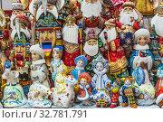 Купить «Новогодние игрушки и сувениры на прилавке магазина: Дед Мороз, Снегурочка, Щелкунчик и другие сказочные персонажи», фото № 32781791, снято 25 декабря 2019 г. (c) Владимир Сергеев / Фотобанк Лори