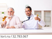 Купить «Young male doctor visiting old patient at home», фото № 32783067, снято 26 августа 2019 г. (c) Elnur / Фотобанк Лори