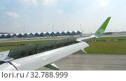 Купить «Airplanes in Suvarnabhumi airport», видеоролик № 32788999, снято 14 ноября 2018 г. (c) Игорь Жоров / Фотобанк Лори