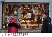 Купить «Москва, витрина магазина кондитерских изделий», эксклюзивное фото № 32797979, снято 25 декабря 2019 г. (c) Дмитрий Неумоин / Фотобанк Лори