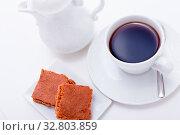 Frische kekse mit einer kanne kaffee und einer tasse auf weißem hintergrund. Стоковое фото, фотограф Zoonar.com/JuNi Art / easy Fotostock / Фотобанк Лори
