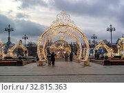 Купить «Световые кружева на Театральной площади. Канун Нового года», фото № 32815363, снято 30 декабря 2019 г. (c) Parmenov Pavel / Фотобанк Лори