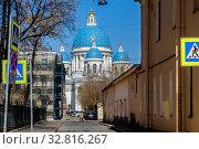 Купить «Санкт-Петербург, вид на Троицкий собор из Якобштадского переулка», фото № 32816267, снято 16 апреля 2019 г. (c) glokaya_kuzdra / Фотобанк Лори
