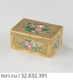 Купить «Snuff box of gold, rectangular, decorated with flower bouquets of enamel, Rectangular golden snuff box, with flower bouquets in enamel on the lid and on...», фото № 32832391, снято 14 июля 2020 г. (c) age Fotostock / Фотобанк Лори